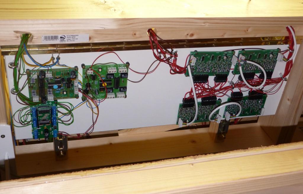 Klappboard hochgeklappt. mit einfachen Riegeln aus dem Baumarkt fixiert